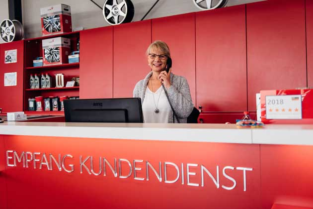 Kundenempfang im Autohaus